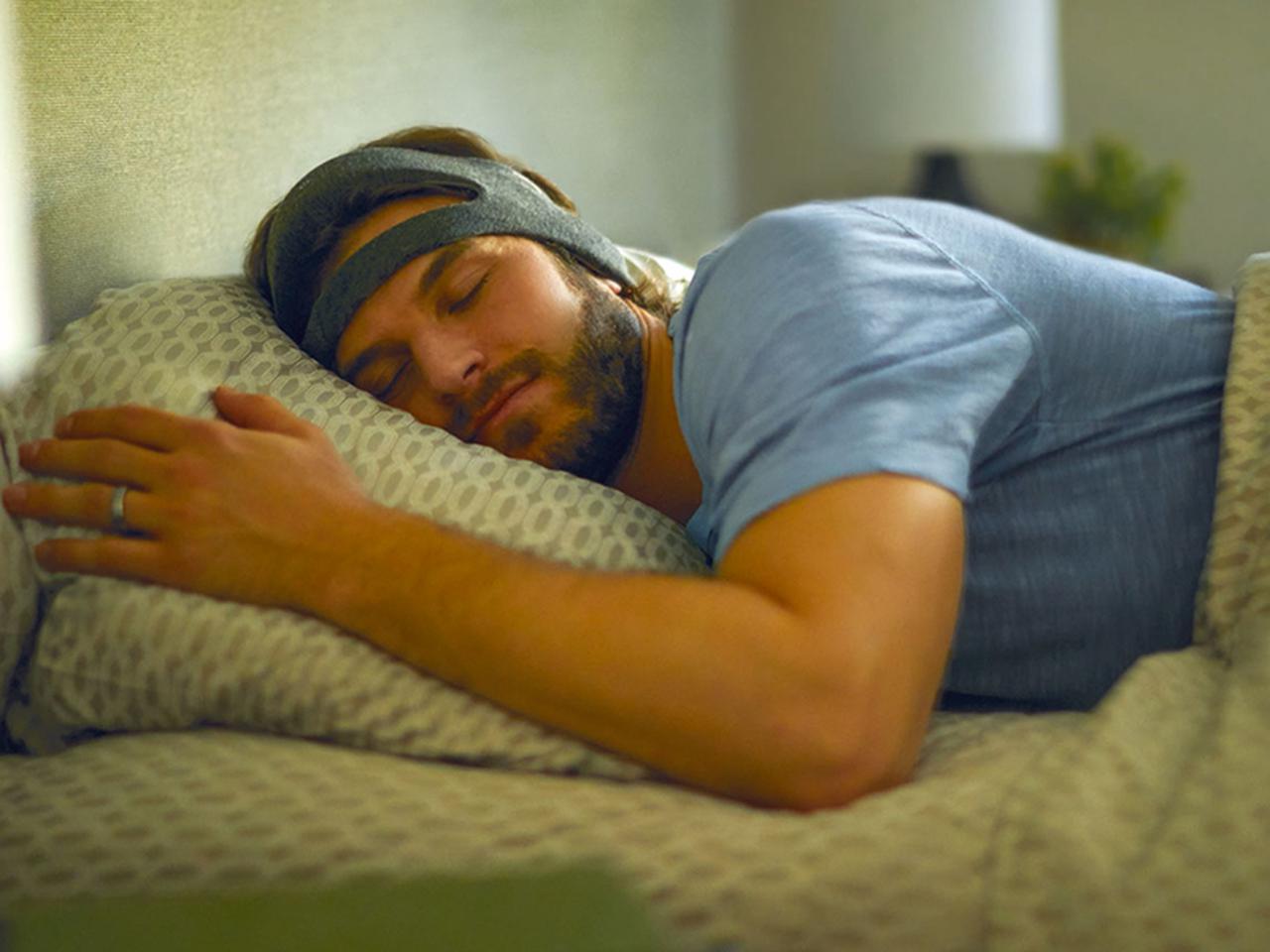 画像: 推奨年齢は、18歳以上50歳以下。というのも、 徐波 の振幅は年齢とともに自然に減少するため、生理的に深い睡眠が出ない人もいて、効果が期待できない場合もあるという。 ※徐波とは、α波より周波数が低い脳波のこと。睡眠が深くなったり意識水準が低下したりすると、高振幅の徐波が現れる。