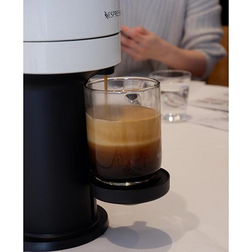 画像: 薄い茶色のところがクレマ。またコーヒーも、2層に分かれている(多分、ボディとハート)。エスプレッソはクレマ、ボディ、ハートの3層より成ると言われており、VERTUOはその意味でエスプレッソに近い淹れ方と言える。