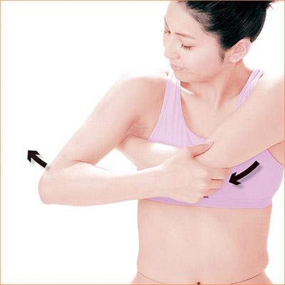 画像: 反対の手でひじを引くと、肩甲骨まで手が届きやすい。
