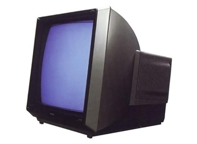画像: ビデオデッキとレンタルビデオの普及により、テレビは「映像を楽しむもの」へと変化。「ナショナル αチューブ TH28-D01X」は28型の大型ブラウン管で、限りなくシンプルなデザインが特徴。 panasonic.jp