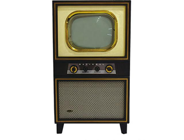 画像: テレビ本放送が始まる1年前に発売された松下電器製 17型の第1号機「ナショナル17形 17K-531」。価格は29万円で、当時の初任給の約54倍。 panasonic.jp