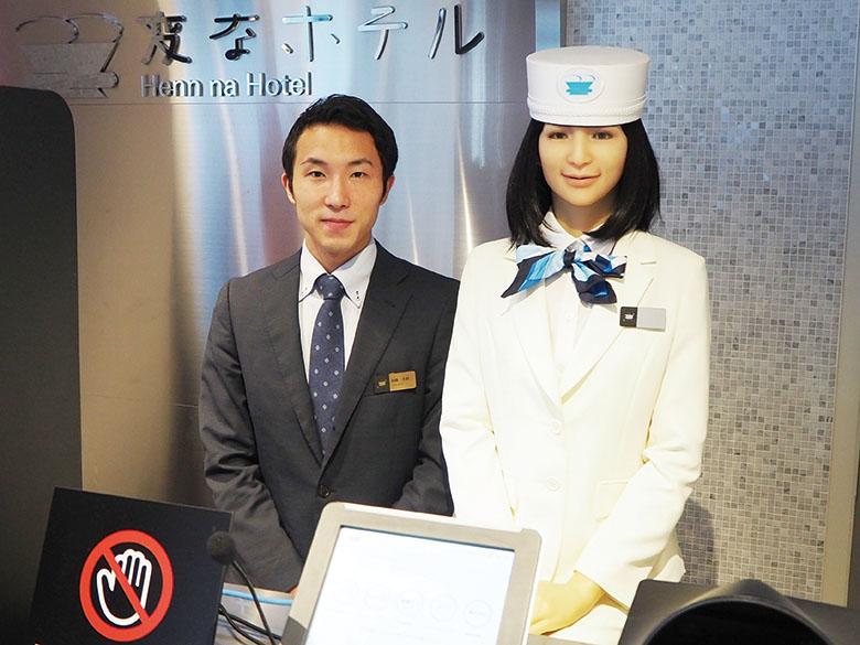 画像: 「変なホテル 東京 浜松町」支配人 加藤大樹 さん 写真右はフロントに立つ女性ロボット。首振りやまばたきなどで滑らかに接客を行う。