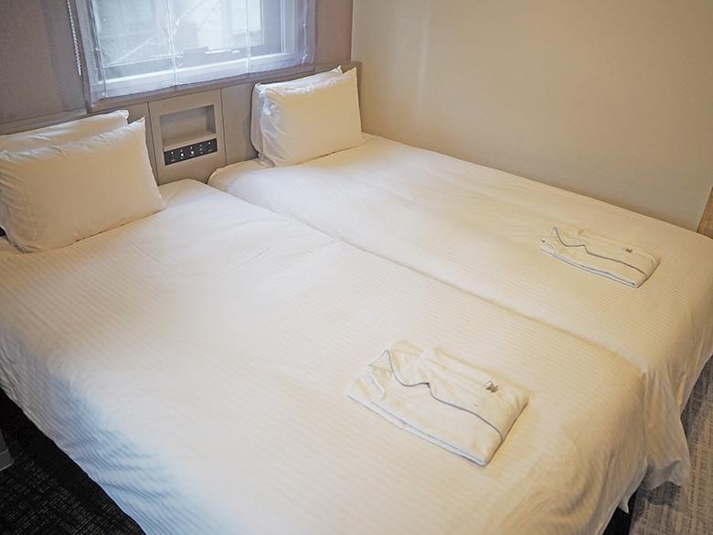 画像: 「ファイテンルーム」 寝具だけでなく壁紙やカーペットにまでファイテン社の水溶化メタル技術を使用した素材が使われている。