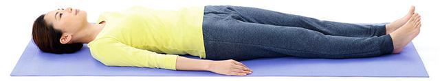 画像1: 1分で疲れが抜ける 「寝たままひざストレッチ」のやり方