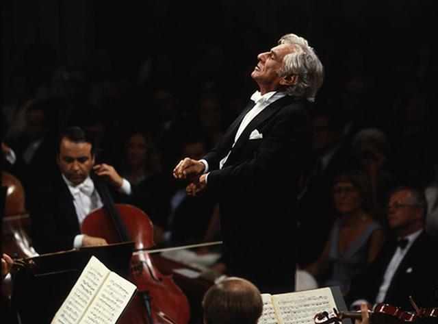 画像: ベートーヴェン:交響曲第9番『合唱』。バーンスタインの指揮姿。1979年9月、ウィーン国立歌劇場。©Unitel