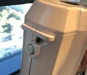 画像: 裏側の磁石がポイント!意外と邪魔な掃除機…使わない時は冷蔵庫の横等にペタッとくっつけてもOK