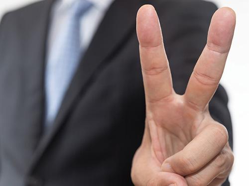 画像: こんな写真なら 確実に指紋を取れるだろう 。そのため最近は、写真を撮る際に、手の甲をカメラに向ける人もいる。