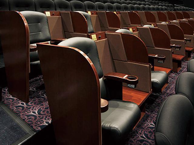 画像: 客席の中ほどには、ボックス型のシートが設置されている。荷物置き場などもあり、便利だ(利用するには通常料金に1000円がプラスされる)。