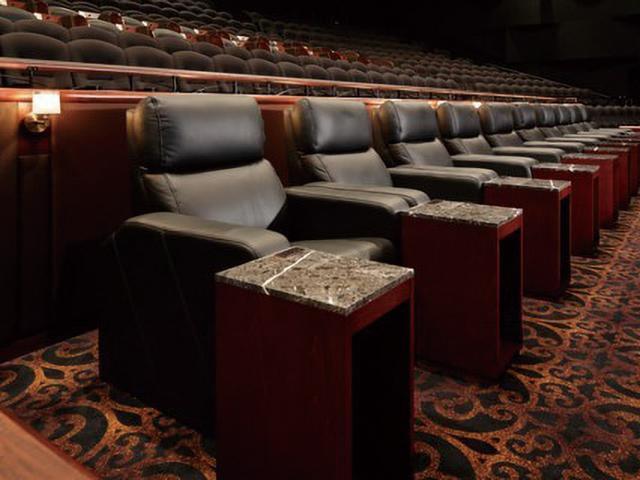 画像: 客席の後方には、革製のリクライニングシートの一角がある。ゆったりとした空間で映画を楽しめる(利用するには通常料金に3000円がプラスされる)。