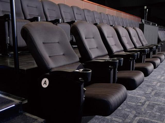 画像: 座席の最前列に配置されたリクライニングシート。リラックスしながら映画の世界に没入することができる。追加料金は不要だ。