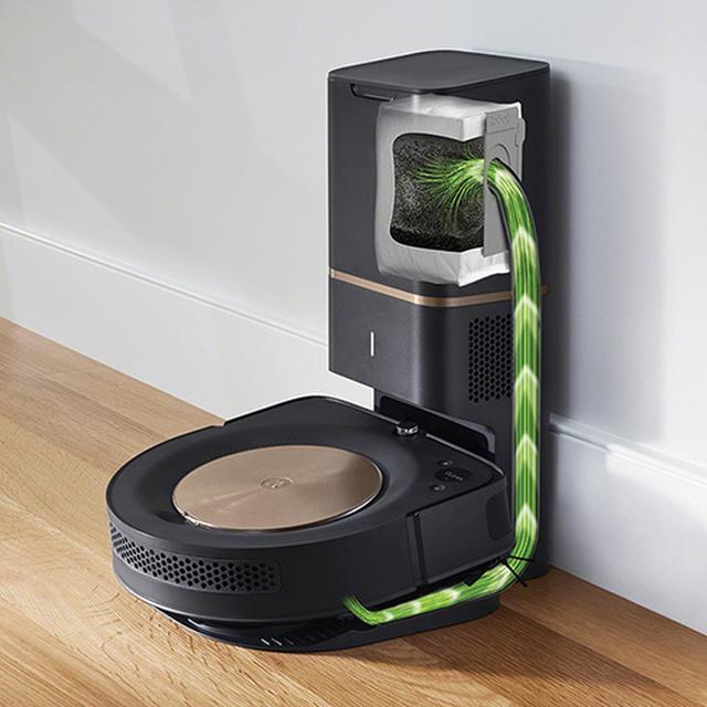 画像: 掃除機がクリーンベースに帰還した際に、本体が吸引したゴミを自動で紙パックに収集する。ダスト容器30杯分を収納することができる。