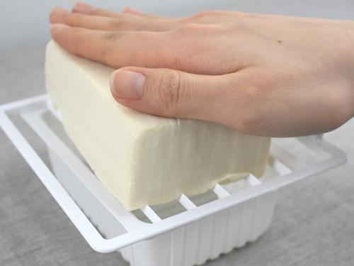 画像: 豆腐をプレートの上にセッティング
