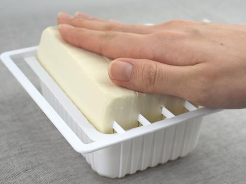 画像: そのまま豆腐を押してみると…