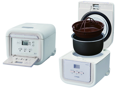 画像: 食材を入れたクッキングプレートを、内鍋の上部にセットする。