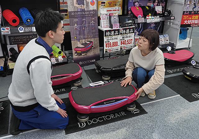 画像: 振動を体感し、納得して買う人が多い。若者から年配者まで、幅広い層に受けている。