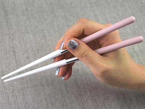 画像: ちょうど指のところに金属がくるため、スベスベ素材でも指が滑る心配はナシ