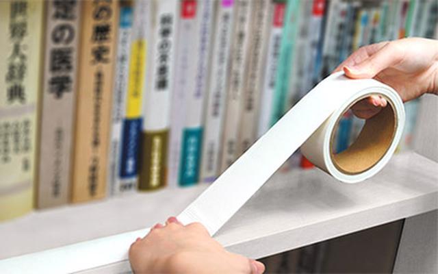 画像: テープを棚のへりに貼り付けておけば、本が滑って移動してきてもストップできる。