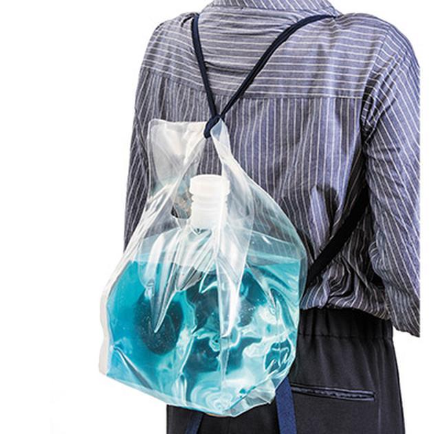 画像: ひも付きなので簡単に背負える。また、底面にも持ち手があるため、水を注ぎやすい。