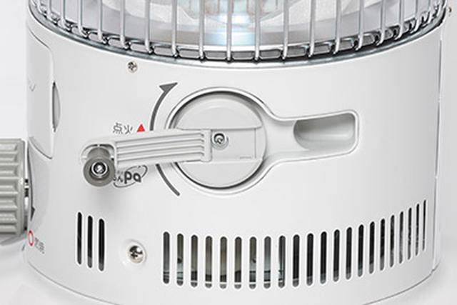 画像: 側面のハンドルを時計回りに回転させるだけで簡単に点火可能。乾電池やライターがなくても大丈夫だ。