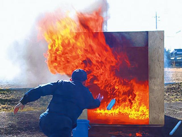 画像: 写真のように、火元めがけて投げ入れるだけでOK。難しい操作は一切必要ない。