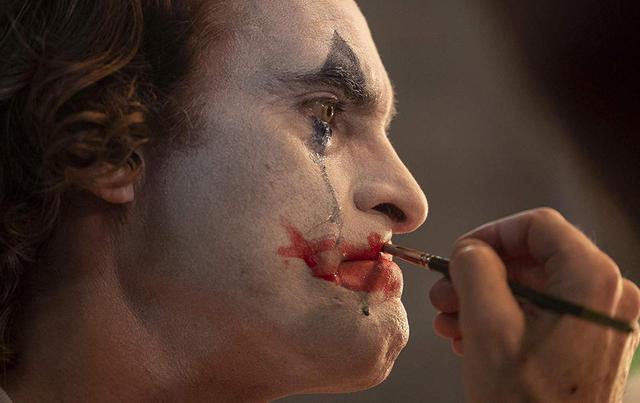 画像: UHDブルーレイソフト「ジョーカー」の場面写真。肌の質感や瞳を高精細に描き出す。 amzn.to