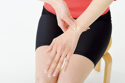 画像2: 手指の動きをよくする手首押しのやり方