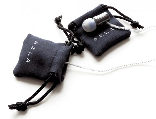 画像: ハウジングに傷をつけないように左右のハウジングを専用の小型ポーチにそれぞれ収納できる。