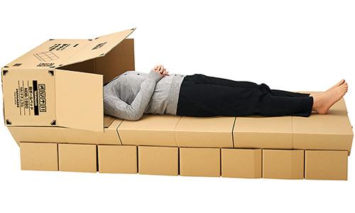 画像: 就寝時に、パーツの空き箱を頭にかぶせるようにすれば、目隠しになってプライバシーの確保にも役立つ。