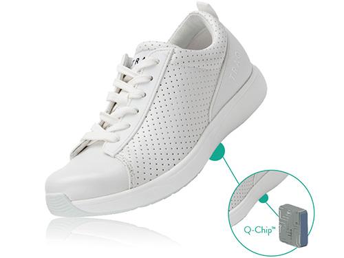 画像: どんなファッションにも合わせやすいレースアップシューズ「QEST PERF WHITE」。