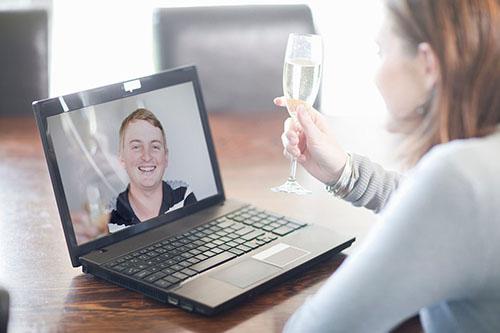 画像: ①手持ちのデバイスにテレビ通話ができるアプリをインストール