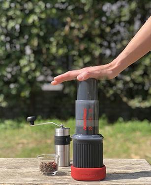 画像2: チャンバーにコーヒー粉を入れたら、お湯を注いで10秒かきまぜ、空気の力でゆっくりとプレス。お湯を足して仕上げる。