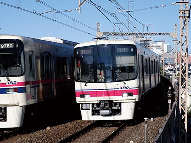 画像: 向かって来る電車を連写。行き交う列車(画面左)との絡みになったが、8コマ/秒の連写により、イメージに近い瞬間がとらえられた。