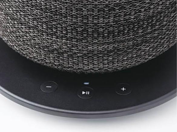 画像: 音楽操作はスマホアプリが主となるが、台座部分に音量と再生/停止ボタンがあり、曲送り/戻しも可能。ランプは側面にスイッチがある。