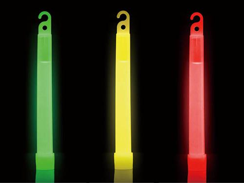 画像: レッド、イエロー、グリーンの3色が用意されていて、明るさは、イエローが一番。レッドとグリーンは、誘導灯としても使えると思います。軽くて細いので、バッグなどにも入れやすいです。