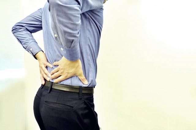 画像: 立ち上がると腰が痛み、第一歩が踏み出せない!