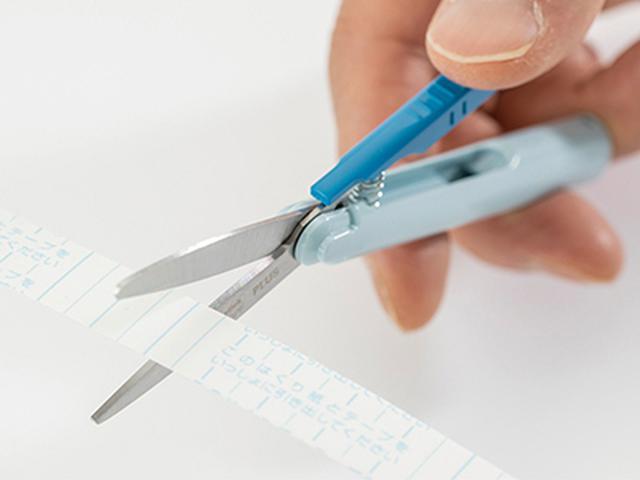 画像: フッ素コーティング刃により、テープののりが付きにくい。刃先が長く、長い物も効率的に切れる。