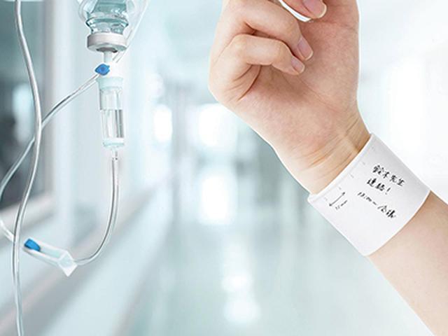 画像: 油性ペンで書いても簡単に消せるシリコン製の手首装着型メモ。手首に書いておけば、大事な用件も忘れない。もともとは医療現場向けの製品だが、他業種や日常生活でも活用できる。