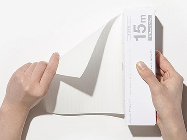画像: 食品用ラップのように引き出して、箱の端で必要な長さに切り取る。刃が付いているわけではないので、スパッとした切り口にはならない。