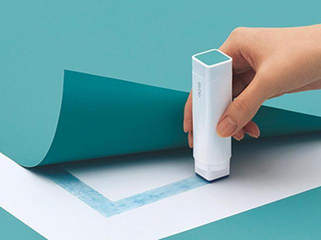 画像: 四角いスティックのりの利点は、角まで塗りやすいこと。封筒も、紙が浮かずにしっかりと密着する。