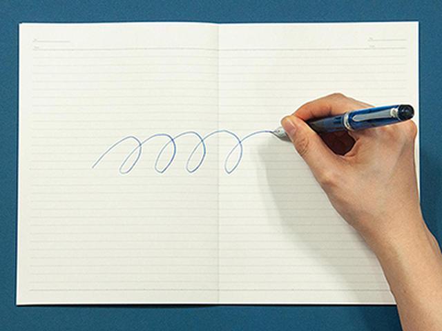 画像: ノートの中央をまたいでも、線や図形を違和感なく書けるのが魅力。水平に広がるので、コピーやスキャンもしやすい。