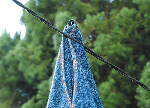 画像: ねじり合わせたコードに挟むだけで、タオルや衣類をつるせる。