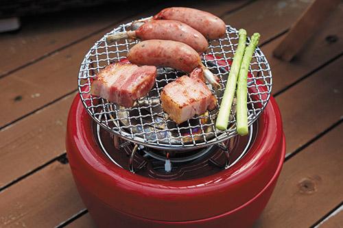 画像: 輻射プレートを加熱して、その熱で網焼きができるグリルキットを使えば、炭火焼き感覚で料理が楽しめる。