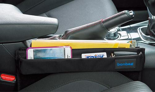 画像: スマホやパスケース、パンフレットなど、小物類をすっきり整理できる。