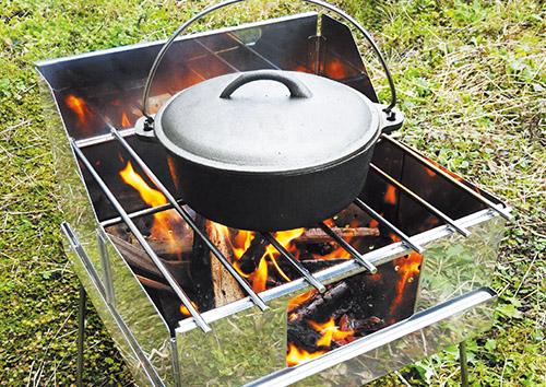 画像: 焚き火台の上にファイアグリルを載せるだけで、ツーバーナー感覚の調理器具に早変わり。焼いたり煮込んだりと、さまざまな調理が焚き火の炎や炭で楽しめる。