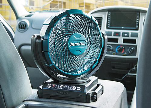 画像: AC駆動に加え、リチウムイオンバッテリー駆動が可能。コンパクトなので、車内での使用にも向く。サーキュレーターのように使用して、車内の冷房効率をアップできる。