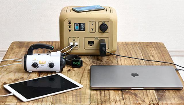画像: USBのType-Cポートを新装備し、MacBookなどの対応端末の急速充電が可能。iPhoneやAndroidスマホのワイヤレス急速充電にも対応する。カラーディスプレイは視認性がよく、残量の確認もしやすい。
