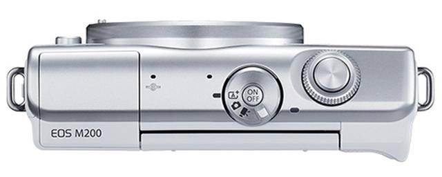 画像: モードダイヤルとシャッターボタン、電子ダイヤルのほか、左手側に内蔵ストロボを備えるシンプルな上面。機能も多彩とはいえない。