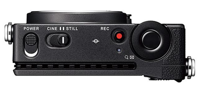 画像: 上面のスイッチで静止画と動画の切り替えが可能。シャッターボタン外周の電子ダイヤルは大型で、小さなボディでも操作性は良好だ。