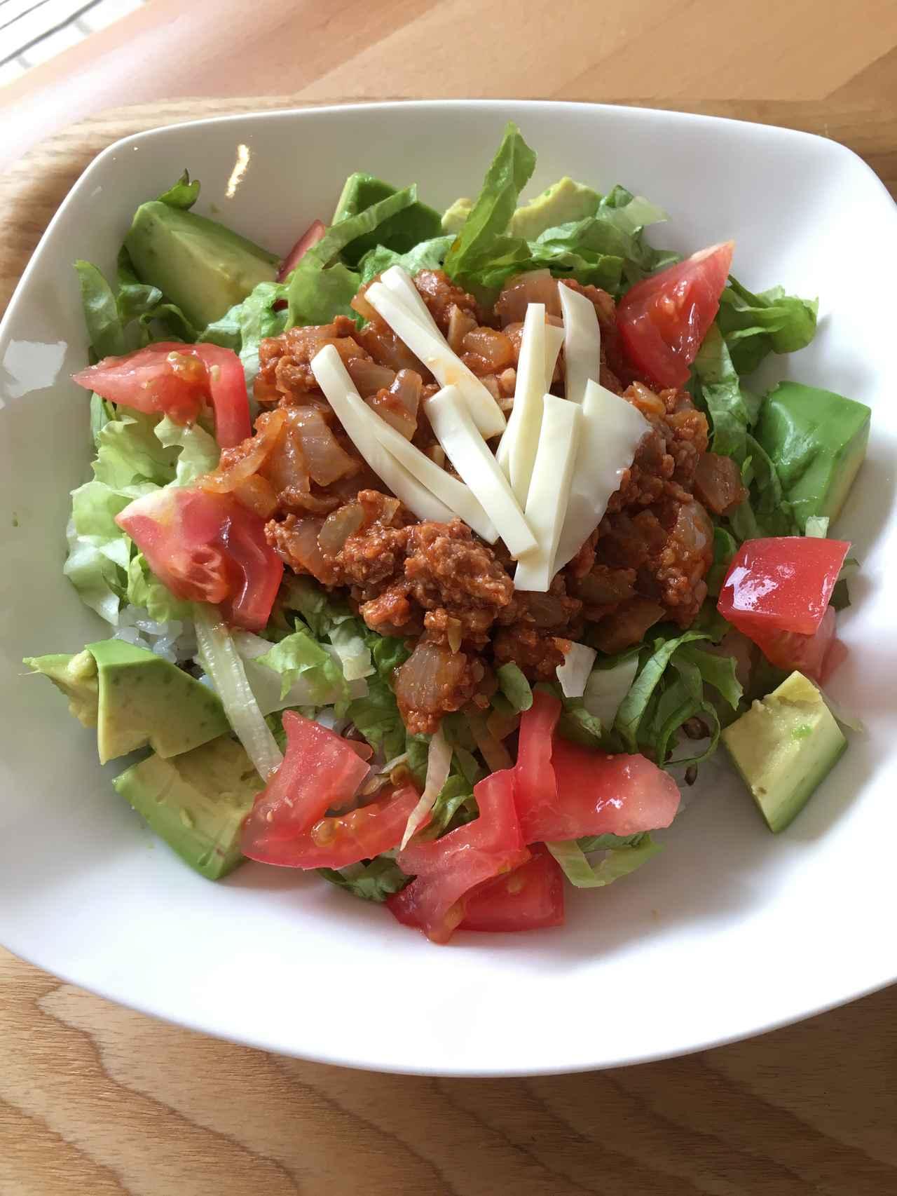 画像: Aセットの合いびき肉、トマト、レタス、玉ねぎを使って調理したタコライス