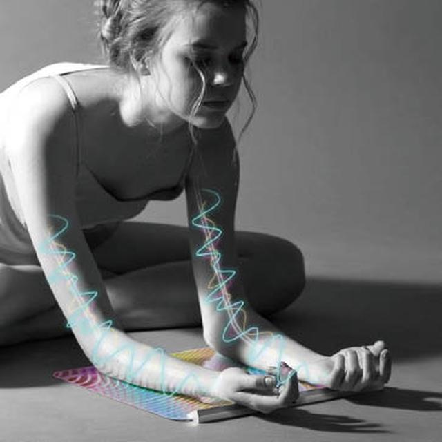 画像: 体の各所に刺激を与える。リチウムバッテリー内蔵なので、使用場所を選ばない。